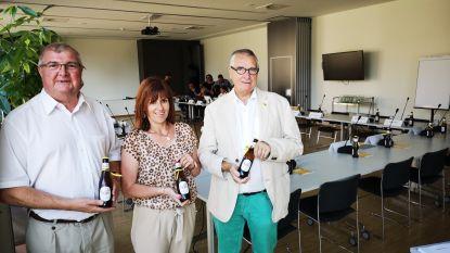 Kamerlid trakteert gemeenteraadsleden op Paljas-biertje