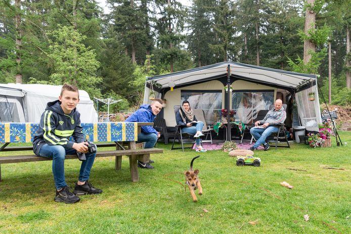 """Miranda en Martin Boer en hun zoons Tom en Niek met 'corona-pup' Lott op Camping De Zeven Linden in Baarn: ,,We willen in principe weer naar Italië, maar gaan pas op het laatst boeken."""""""