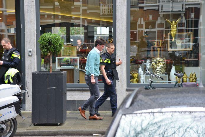 Politie bij de juwelier in Breda, die woensdagochtend is overvallen.