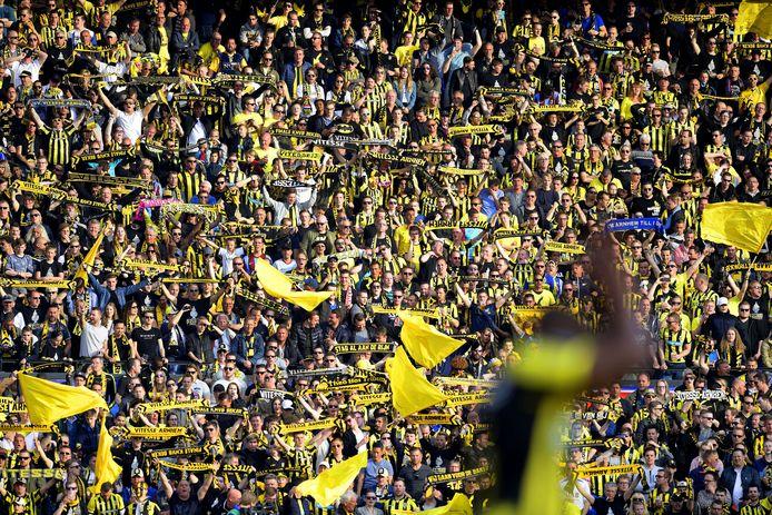 Het geel-zwarte deel van De Kuip bij de bekerfinale van 2017. 'Bier mors je alleen bij bijzondere wedstrijden. De tribune volgepakt. Iedereen schouder aan schouder.'