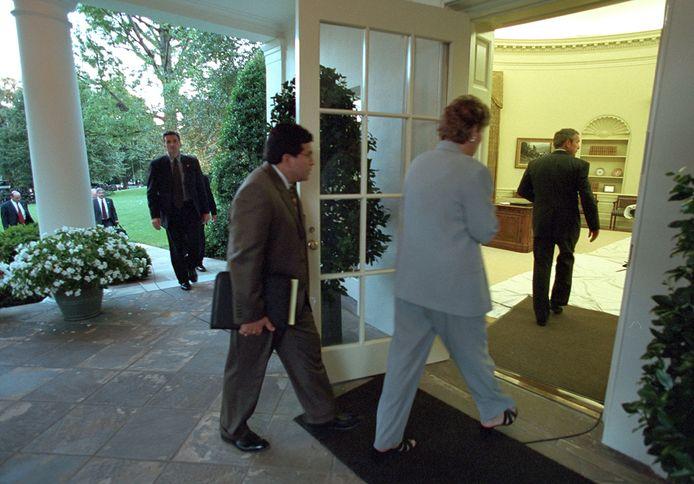 George W. Bush arriveert in the Oval Office.