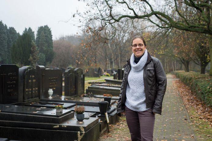 Goedele Van der Spiegel (Groen) aan het Edegemse kerkhof, dat ze liet opknappen na jaren verloedering.
