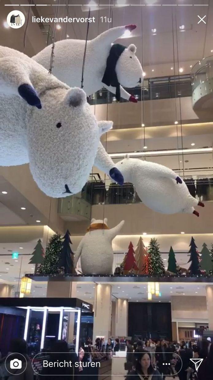 In de hal van het Zuid-Koreaanse warenhuis zweven ijsberen rond, een creatie van de Eindhovense illustratrice Lieke van der Vorst. Het complete warenhuis is versierd met haar tekeningen, of het nu gaat om de lift, de muren, het pakpapier of de tassen.