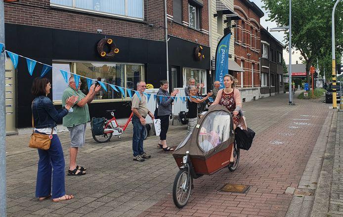 Zeven vrijwilligers van de Fietsersbond Wommelgem applaudisseerden voor elke fietser die tussen 7.30u. en 9.00U. langs bakkerij D'Hollander voorbijreed.