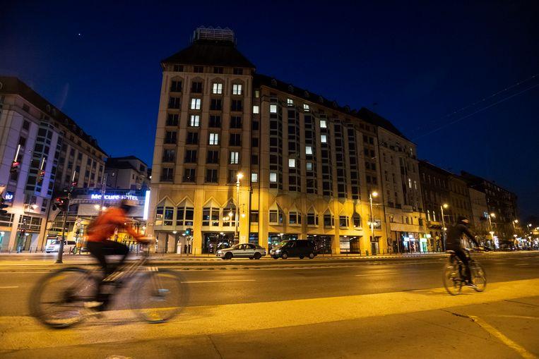 Het Mercure Budapest Korona Hotel in de Hongaarse hoofdstad toont solidariteit met andere hotels die door de coronacrisis hun deuren hebben moeten sluiten. Beeld EPA