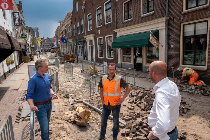 Projectleider Jurian Lier (links) en wethouder Auke Schipper te midden van de werkzaamheden in de Hattemer binnenstad.