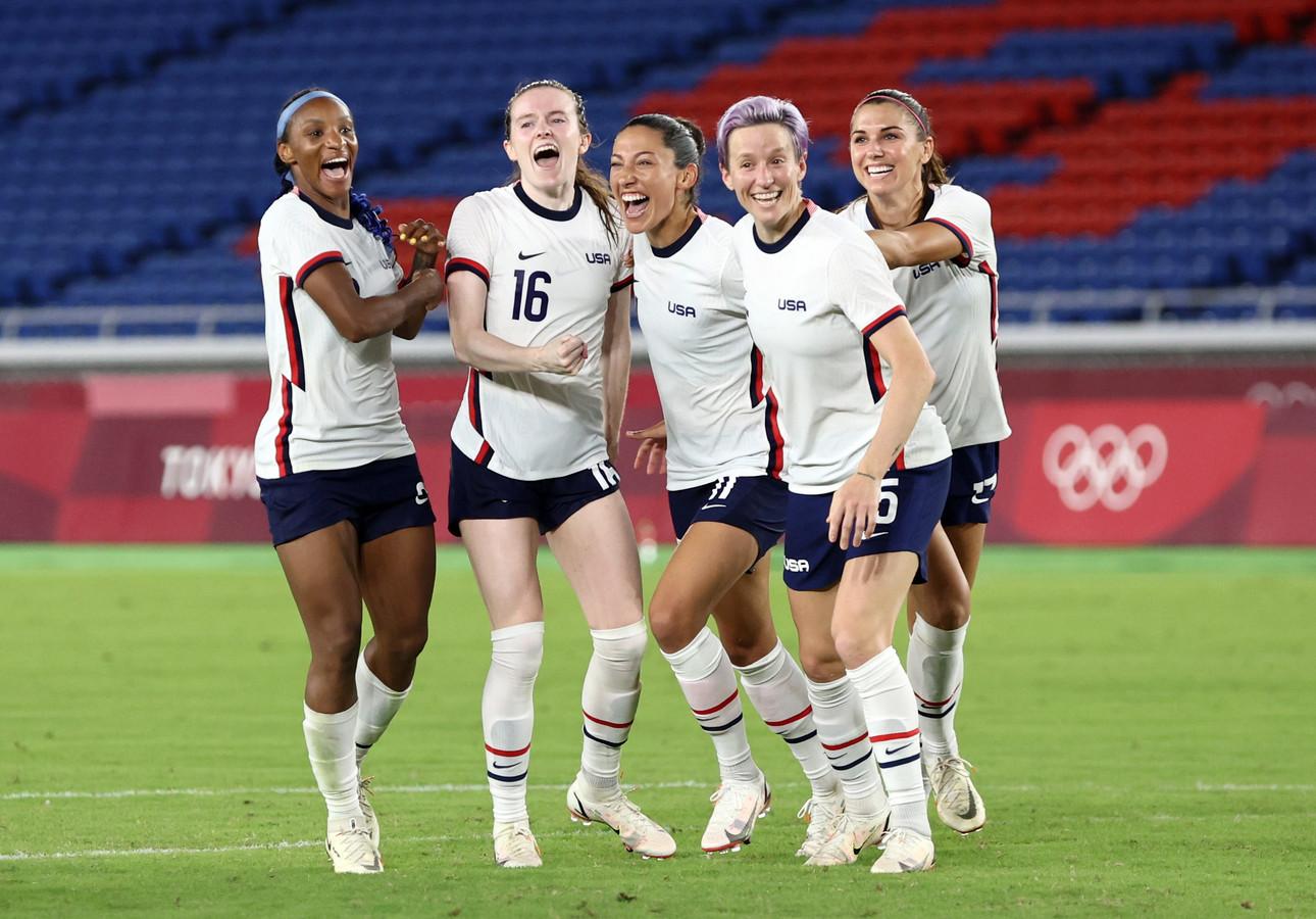 De Amerikaanse vrouwen vieren de winst op de Olympische Spelen tegen Nederland.