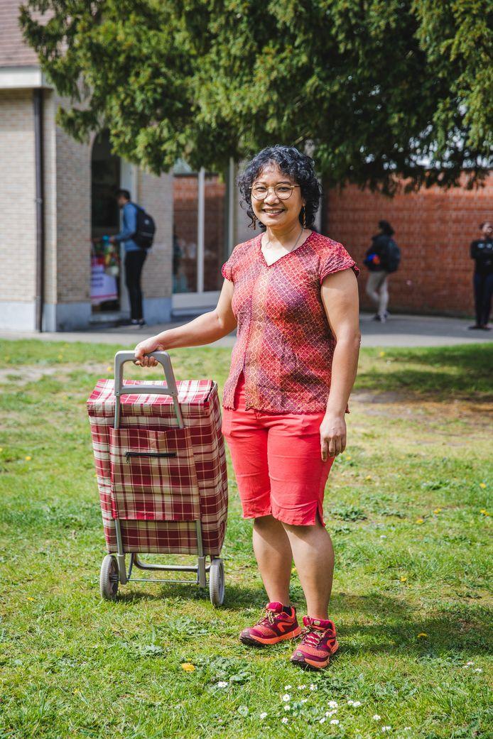 Mery Damanik Ambarita (44) uit Indonesië doet haar doctoraat aan UGent. Normaal gezien klust ze bij in een bedrijf in de haven, maar haar busje rijdt niet meer.
