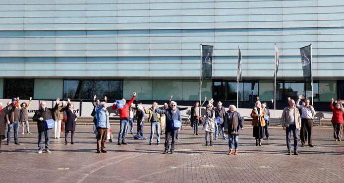 Leden van het Cultuur Historisch Platform Regio Nijmegen betuigden deze week hun steun voor museum Het Valkhof.