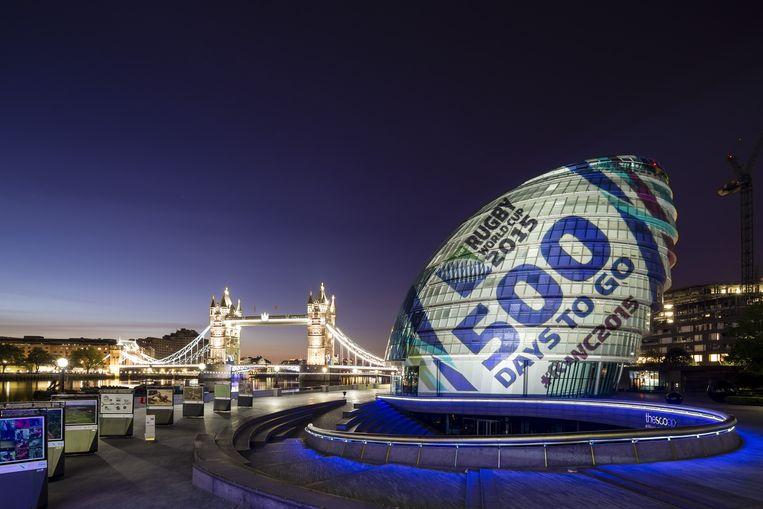 Het stadhuis van Londen is 500 dagen voor de start van het WK Rugby in Engeland omgetoverd in een reusachtige rugbybal. Beeld getty