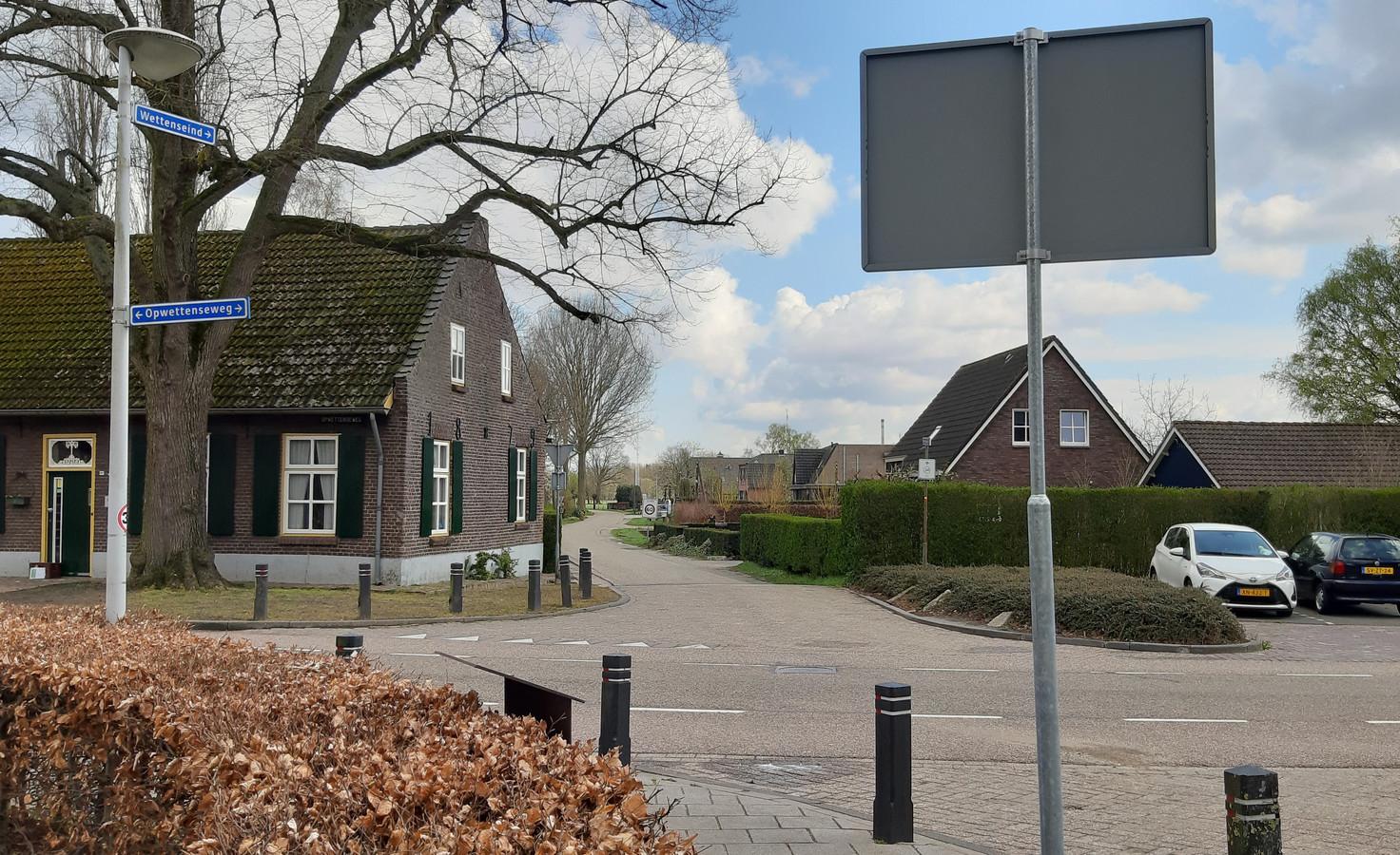 De kruising van de Opwettenseweg met het Wettenseind in Nuenen. Over laatstgenoemde weg komt, een eind verderop in oostelijke richting, een ontsluitingsweg voor het zuidelijke deel van Nuenen-West.