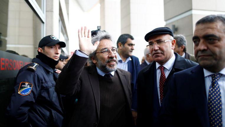 Can Dündar bij de rechtbank in Istanbul. Beeld reuters
