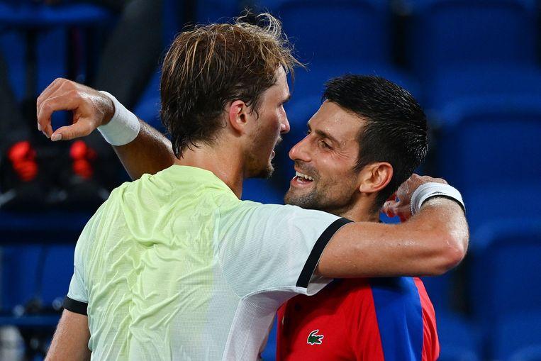 Novak Djokovic feliciteert Alexander Zverev na de match in Tokio. Beeld AFP