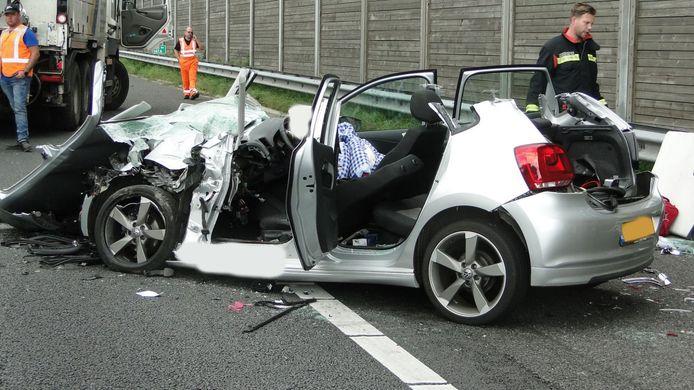Bij het ongeval op de A28 bij Pesse raakte de  betrokken personenauto zwaar beschadigd.