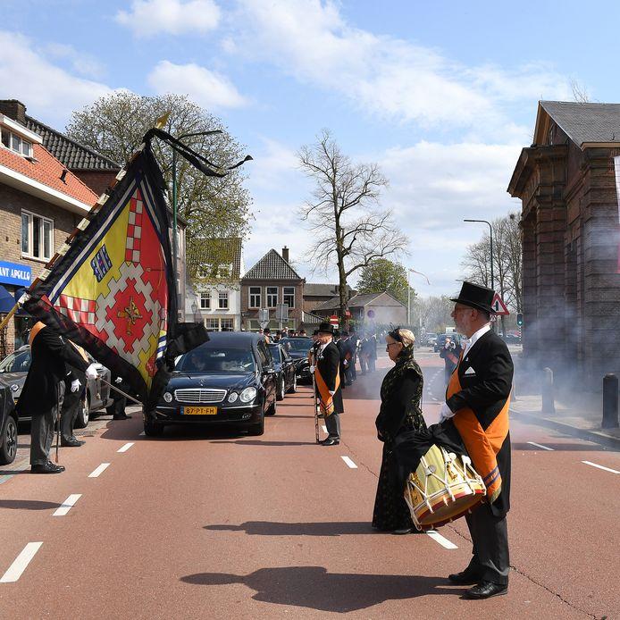 Clovenier Henk Emons wordt met veel eerbetoon naar zijn laatste rustplaats gebracht.