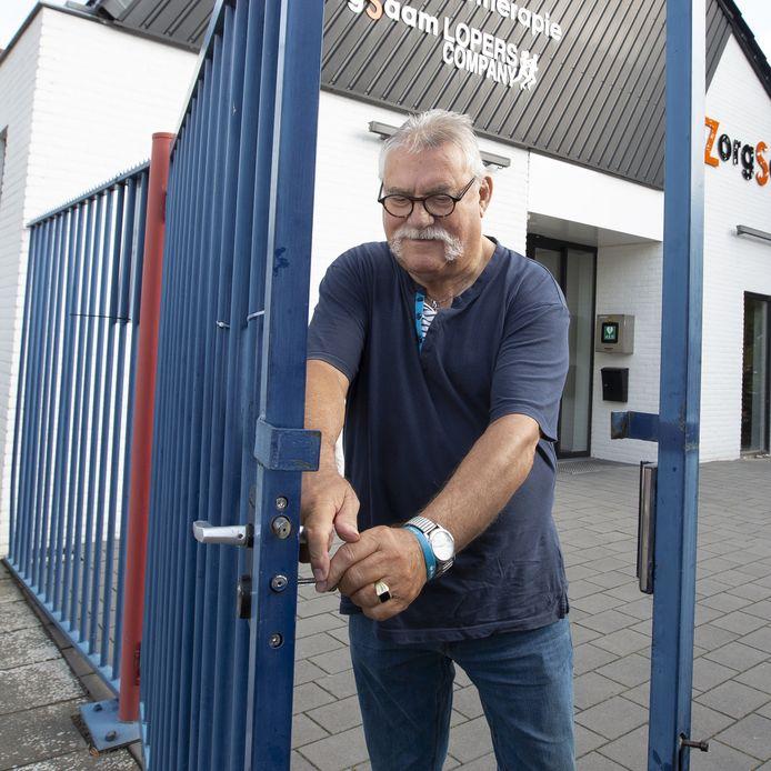 Kantinebaas Harold Kleinjan opent het complex van vv Hellendoorn voor het eerste volle voetbalweekend sinds de coronacrisis. Al dertig jaar staat hij er voor dag en dauw voor op.