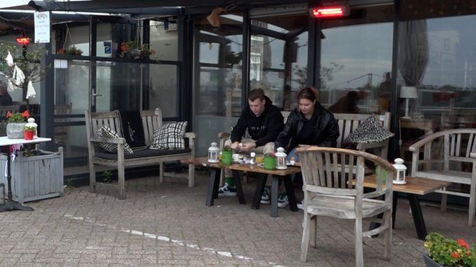 Jordi Hendriks en Jill Wijnbergen uit Zevenaar genieten in alle vroegte van hun ontbijtje aan de kade. Onder de warme heater was het goed vertoeven op de Europakade.