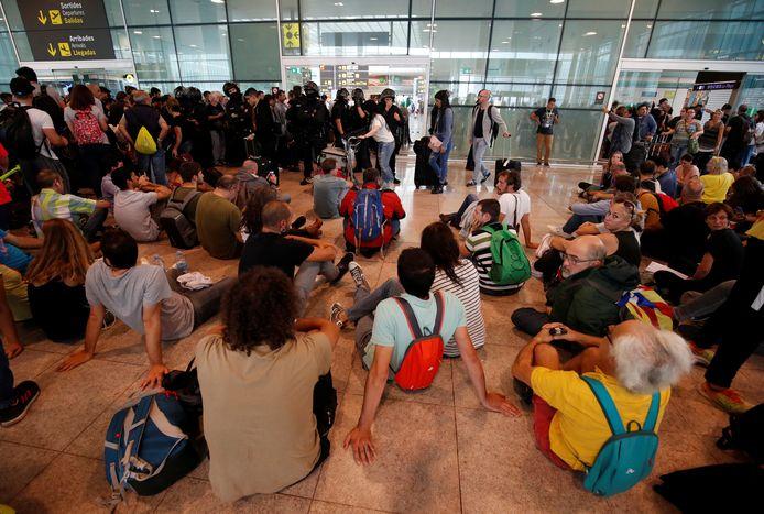 Betogers blokkeren de toegang van de luchthaven.