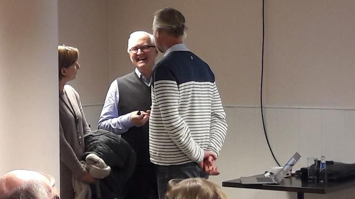 Matthijs Zeelenberg (midden) geeft een presentatie over 'onze delta'.