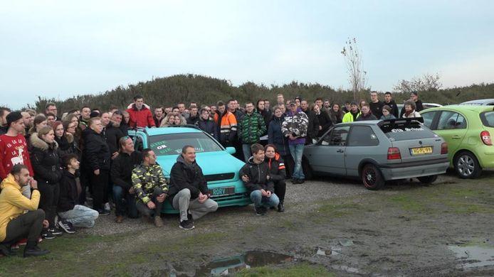 Vrienden van Jonno poseren bij de auto met daarin het lichaam van hun vriend.