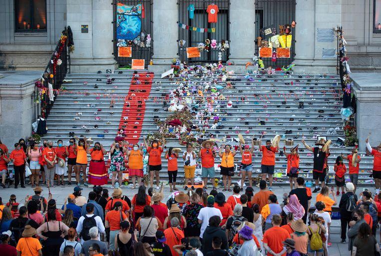 Op maandag vond in Vancouver een herdenking plaats voor de 215 kinderen die eind mei in een massagraf werden gevonden. Beeld AP