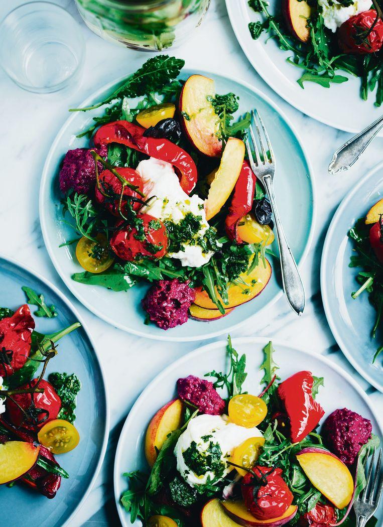 Salade van gegrilde groentes, burrata en perzik. Beeld rv