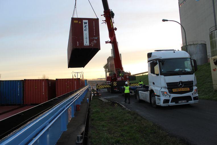 Dinsdag voor dag en dauw werd de papierboot gelost en werden de containers op een vrachtwagen gezet. Dat gebeurde op de kade ter hoogte van Aveve.