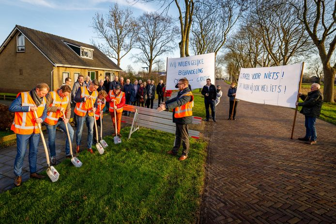 Omwonenden protesteerden eind vorig jaar bij het officiële startmoment van de nieuwe glasvezel