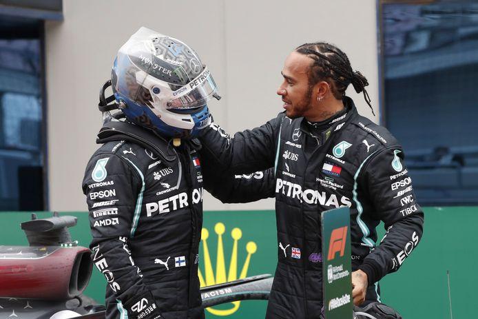Valtteri Bottas feliciteert teamgenoot Lewis Hamilton met de wereldtitel.