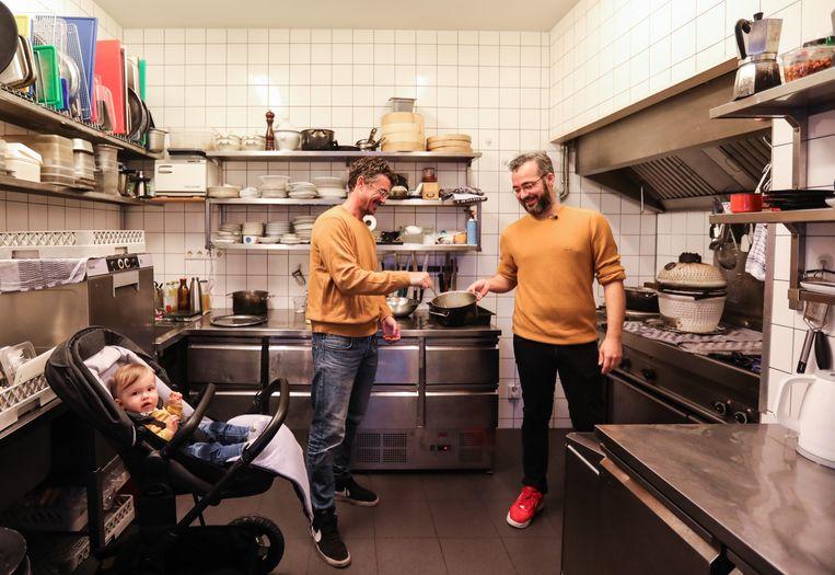 Jonathan Sparber (rechts), Gilles en de kleine Ylvie in de keuken van Café Remouillage. Beeld Eva Plevier