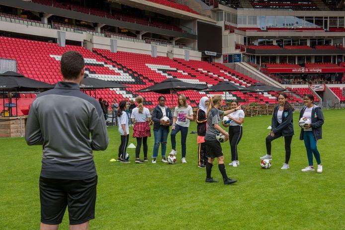 Leerlingen van de Trudo Weekendschool krijgen een voetbal-clinic door de PSV Soccer School.