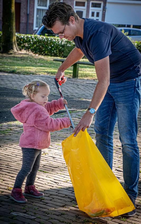 Speelt dochter Nina (2,5 jaar) in de speeltuin van het Pieter Postplein, prikt Michael Doove er een rondje omheen.