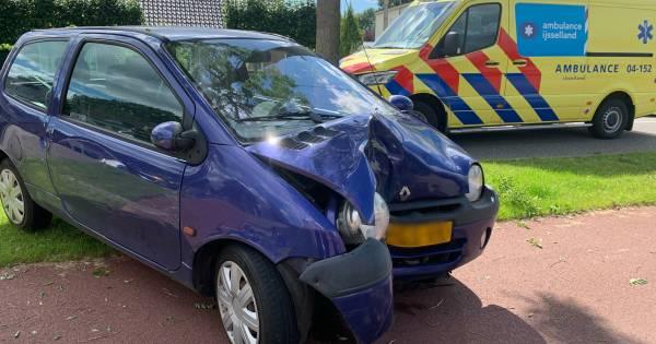 Auto in puin na botsing met boom in Slagharen: bestuurder naar ziekenhuis.