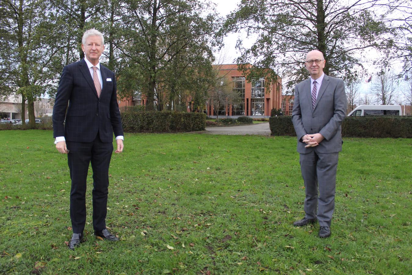 Pieter De Crem en schepen Philippe Verleyen op het grasveld naast het gemeentehuis, waar het nieuwe politiegebouw komt.
