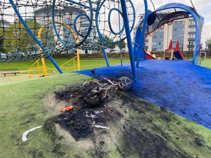 Op het speeltoestel De Draak aan de Zeldertsedreef in Nieuwland is woensdagavond een elektrische scooter in brand gestoken.