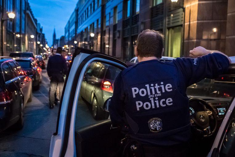 Een politieagent aan het werk in Molenbeek.  Beeld Jan Aelberts