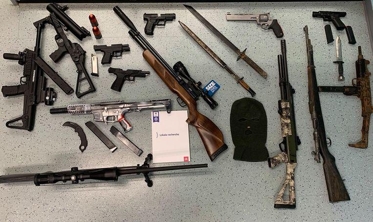 Bij huiszoekingen werd ook een arsenaal aan wapens en munitie gevonden bij twee van de verdachten thuis.  Beeld Politiezone Antwerpen