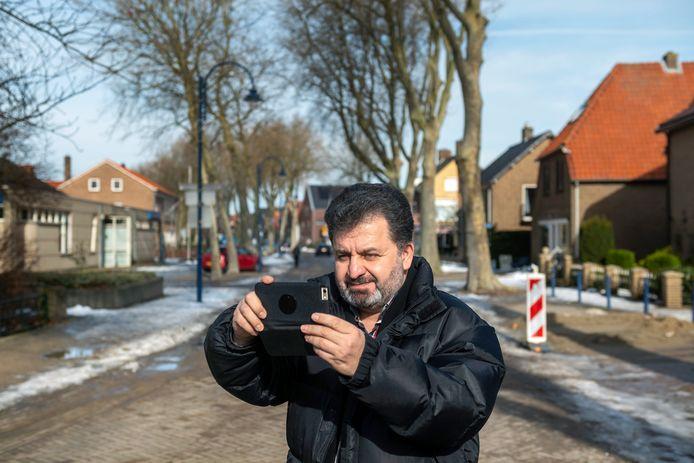Farhad Karami in de Dorpsstraat in Gendt. Hij is een van 100 gezichten van een landelijke campagne voor vrijwilligers.