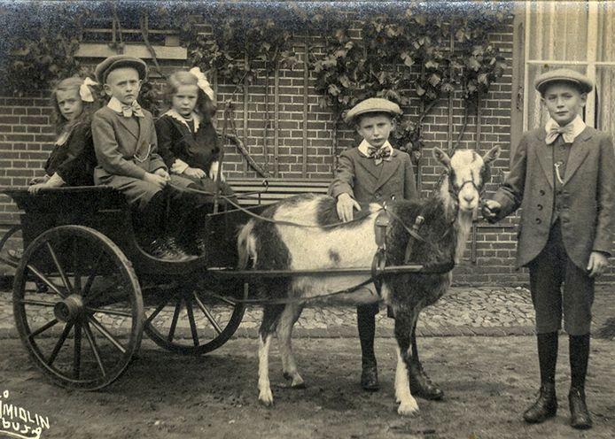 Kinderen van rijke ouders pronken met hun bokkenwagen, circa 1915.