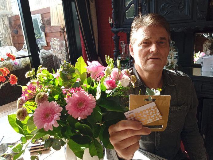 Een bloemetje en een waardebon van 100 euro van Blokker voor Loek van Tongeren uit Oudheusden.
