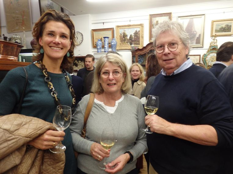 Kunsthistorica Annetje Timp, beeldend kunstenaar Trees Wesselink en haar man Gerard, kunstliefhebber. 'Maar vooral chauffeur van de twee dames' Beeld Hans van der Beek