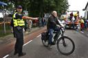 Hulpdiensten - zoals hier politie en reddingsbrigade - leiden de evacuatie in goede banen.