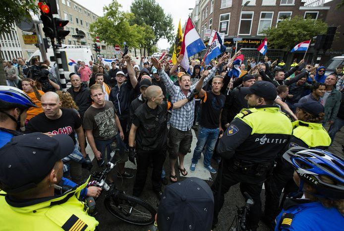 Bij de betoging afgelopen zondag kon de politie net voorkomen dat betogers slaags raakten in de Schilderswijk