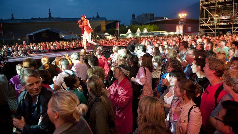 Publiek tijdens optreden Alain Clark op het Museumplein in Amsterdam tijdens de eerste avond van de 35ste editie Uitmarkt 2012. Beeld anp