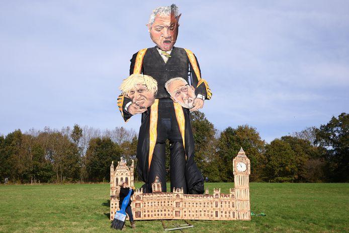 Andrea Deans maakte een 11 meter hoge sculptuur van John Bercow ter gelegenheid van de Edenbridge Bonfire Celebrations, in Edenbridge. In zijn handen houdt Bercow de hoofden van premier Boris Johnson en oppositieleider Jeremy Corbyn.