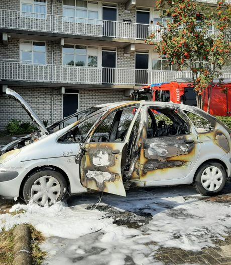 Brand in stilstaande auto op klaarlichte dag in Lelystad