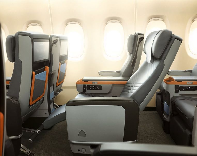 De stoelen zijn 49,5 cm breed en hebben een leeslampje, twee usb-aansluitingen en een 13,3 inch beeldscherm