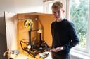 Joep maakt neusclips voor mondkapjes met zijn 3D-printer.
