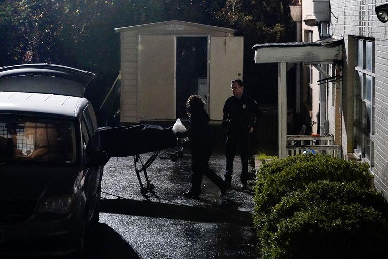 Een dodelijk slachtoffer wordt weggebracht van de Gold Spa massagesalon in Atlanta na de schietpartij.  Beeld AP