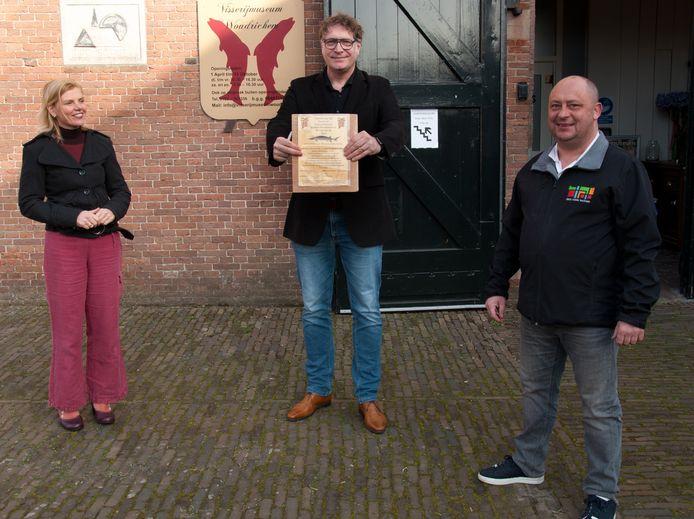 Wethouder Paula Jorritsma rijkt het eerste certificaat zakelijke vriend uit aan Arend Groeneveld van Atab Civiele Techniek.